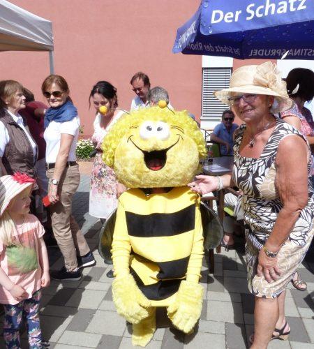 Traumhaftes Gartenfest lockt hunderte Gäste an