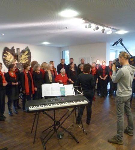 Weihnachtsengel des HR-Fernsehens erfüllen Wunsch von Bewohnerin des Mediana St. Ulrich