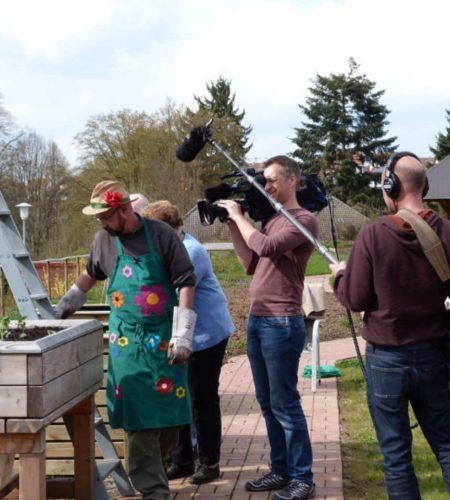 Pflanzenflüsterer des hr überrascht Senioren des St. Ulrich mit neuen Hochbeeten