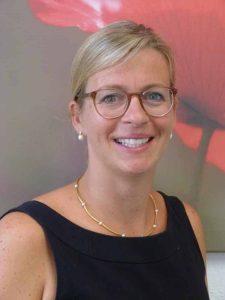 Johanna Kapp ist Volljuristin und Fachanwältin für Erbrecht bei der Kanzlei Dr. Schlitt & Coll. in Petersberg. Sie berät auch bei Vorsorgevollmachten und Patientenverfügungen und engagiert sich ehrenamtlich in der Deutschen PalliativStiftung.