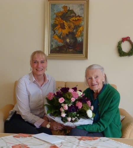 Hildegard Liezijewitsch (rechts) freute sich sehr über die wunderschönen Blumen, die Wohnstift-Einrichtungsleiterin Katrin Dietrich als Geburtstagsgeschenk mitgebracht hatte.